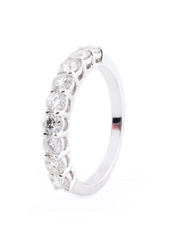 Clásica media alianza de diamantes talla brillante (montada en garras)