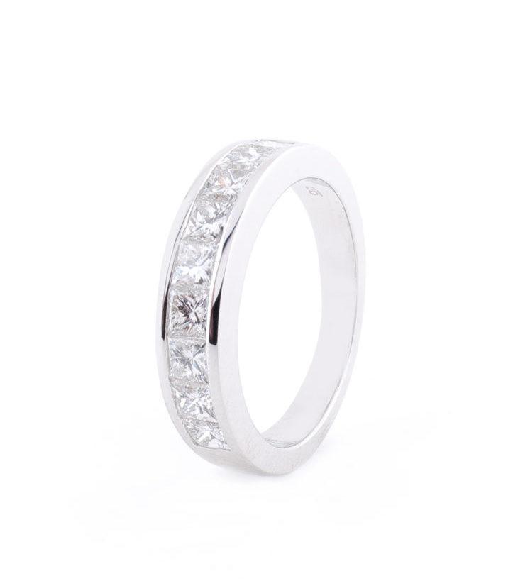 Media alianza de Diamantes talla Princesa de oro blanco de 18 quilates